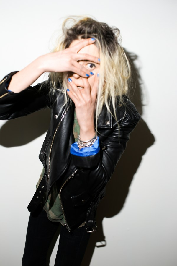 "Alison Mosshart releases second solo song & self-made video ""It Ain't Water"""