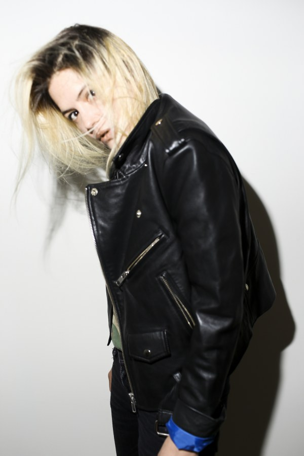 "Alison Mosshart releases debut solo single ""Rise"""