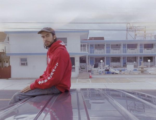 """(Sandy) Alex G partage un nouveau clip et dévoile une version alternative de """"Bad Man"""""""